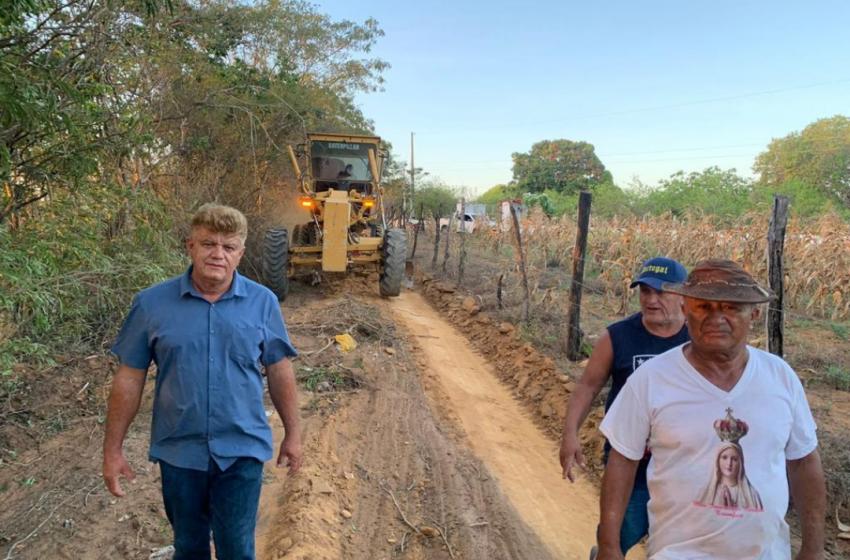 Prefeitura recupera estradas vicinais em Logradouro das Vassouras